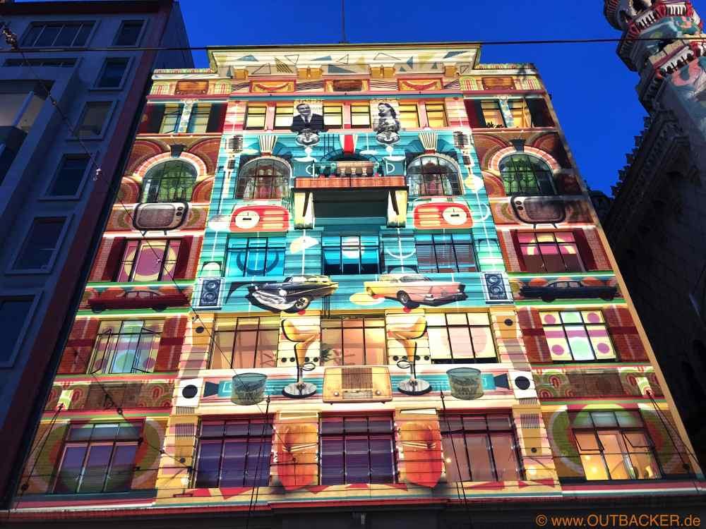 Projektionen auf Gebäuden auf Flinders Street