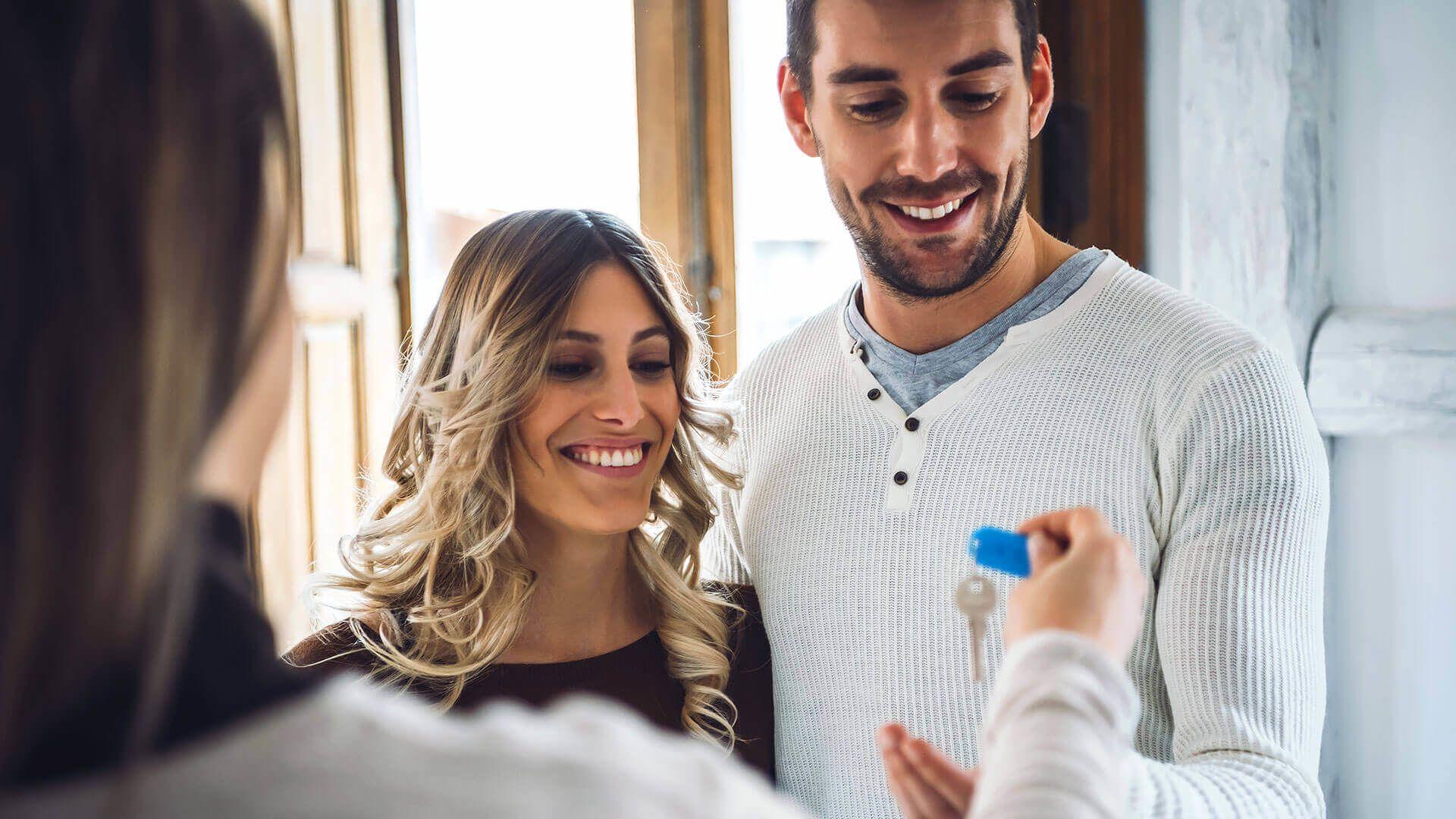 pareja joven comprando bienes raíces
