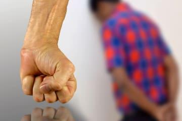 Hombre violento con la mano en puño
