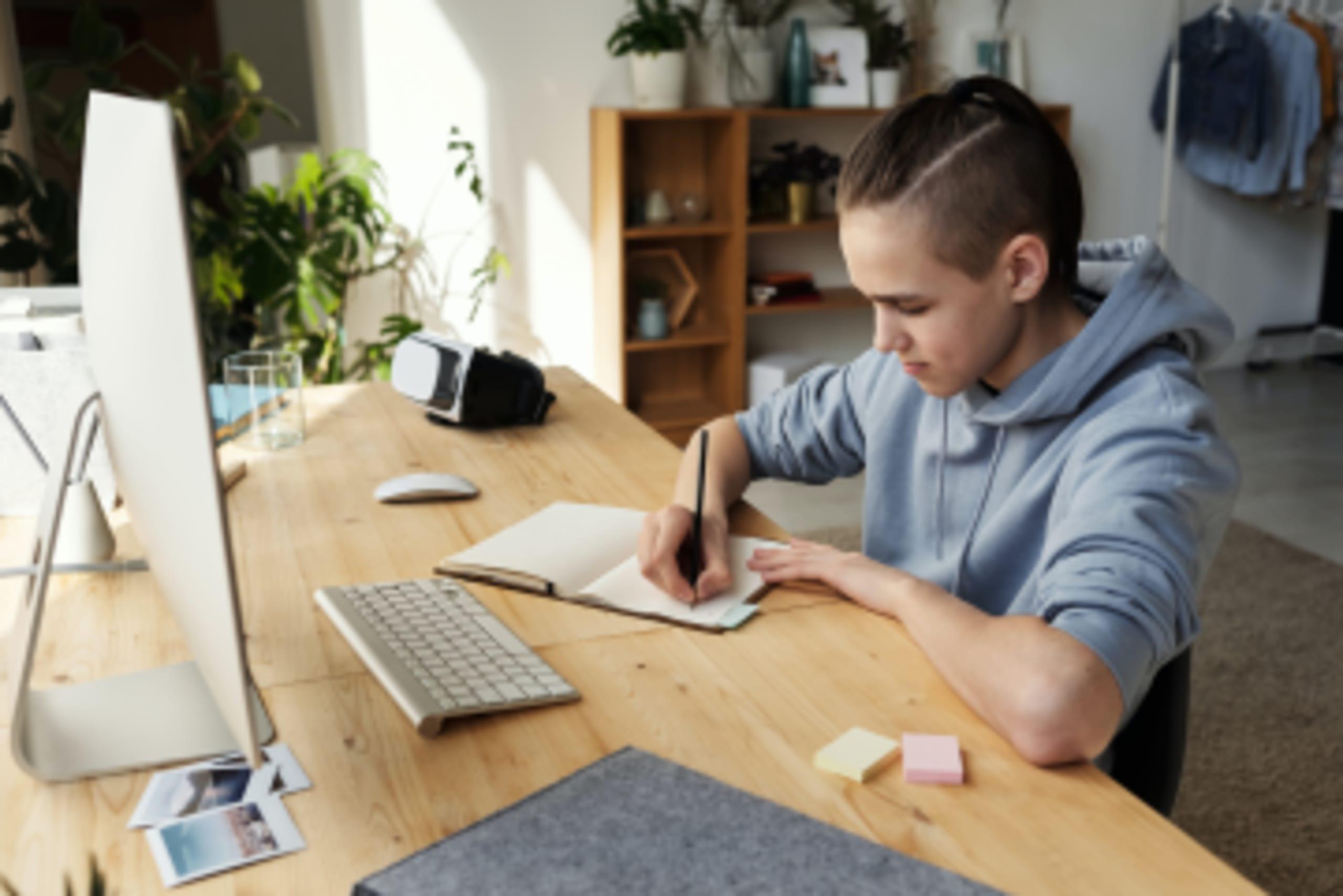 niño en educación online