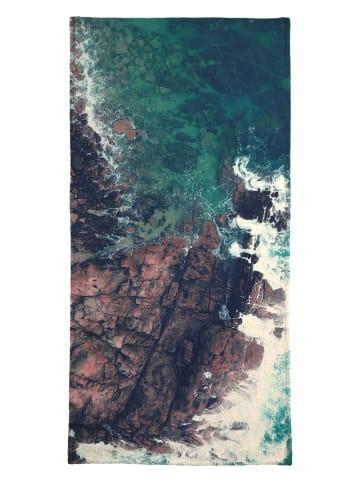 """Juniqe Handtuch """"Emerald Green Sea"""" in Blau & Braun"""