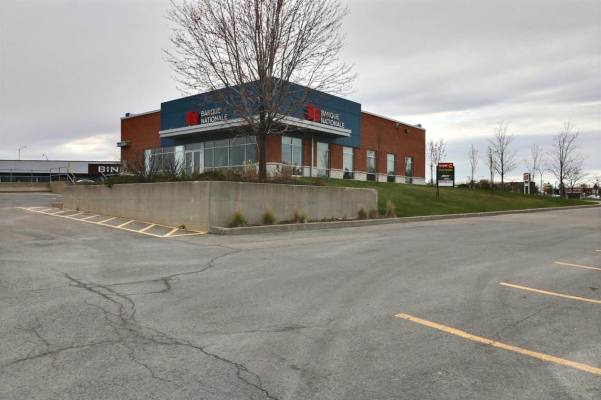 Sublease Building on a Busy Street Corner in Laval
