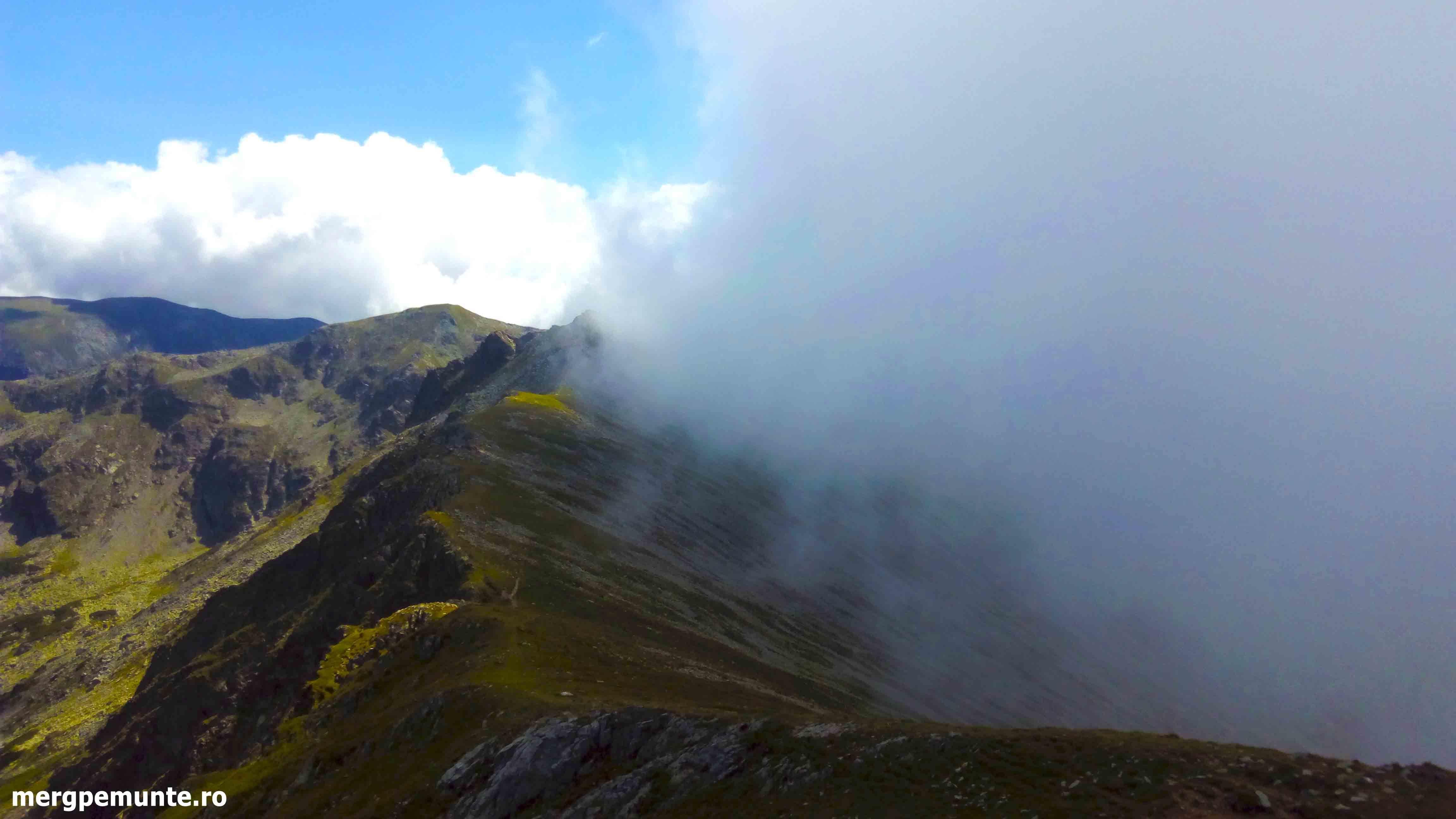 Varful Parangul Mare in nori