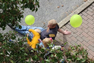 kid-and-dad-on-sidewalk-with-balloons.jpg