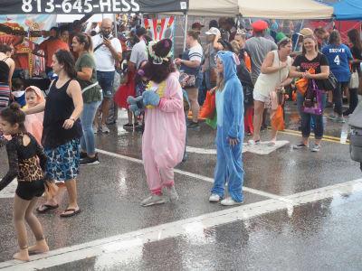 Crowd-Rain-(12).JPG