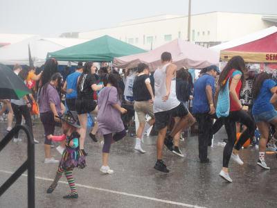 Crowd-Rain-(8).JPG