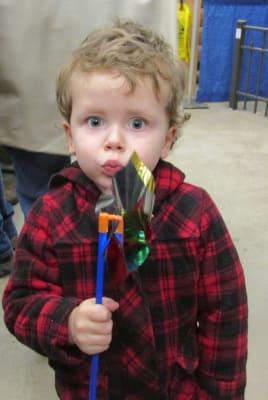 Little_boy_with_fan.jpg