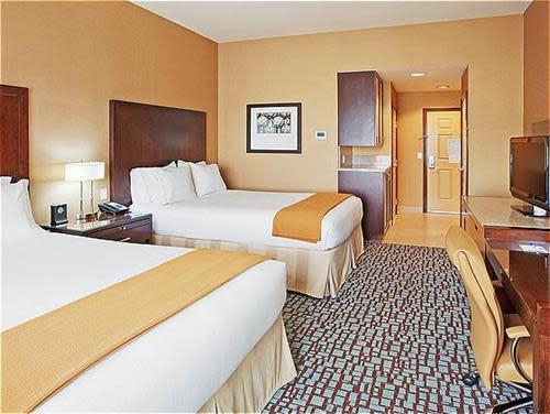 Two_Queen_Bed_Guest_Room_2.jpg
