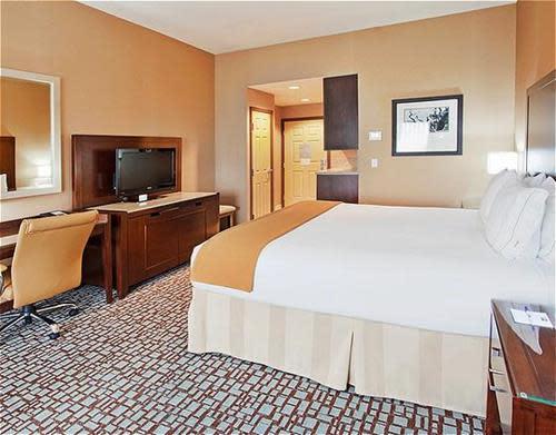 King_Bed_Guest_Room_2.jpg