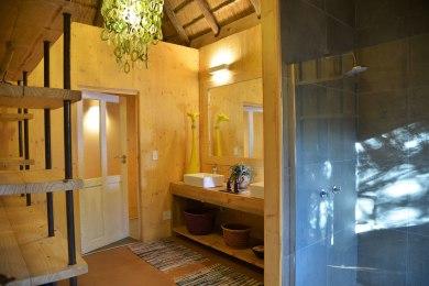 Treetop Chalet - Indoor Shower & bathroom
