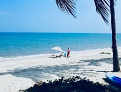 Strand und blaues Meer in Pangani