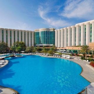 Hotel und Pool Ansicht