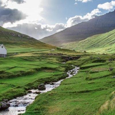 Färöer Inseln: grün – gemütlich – geheimnisvoll