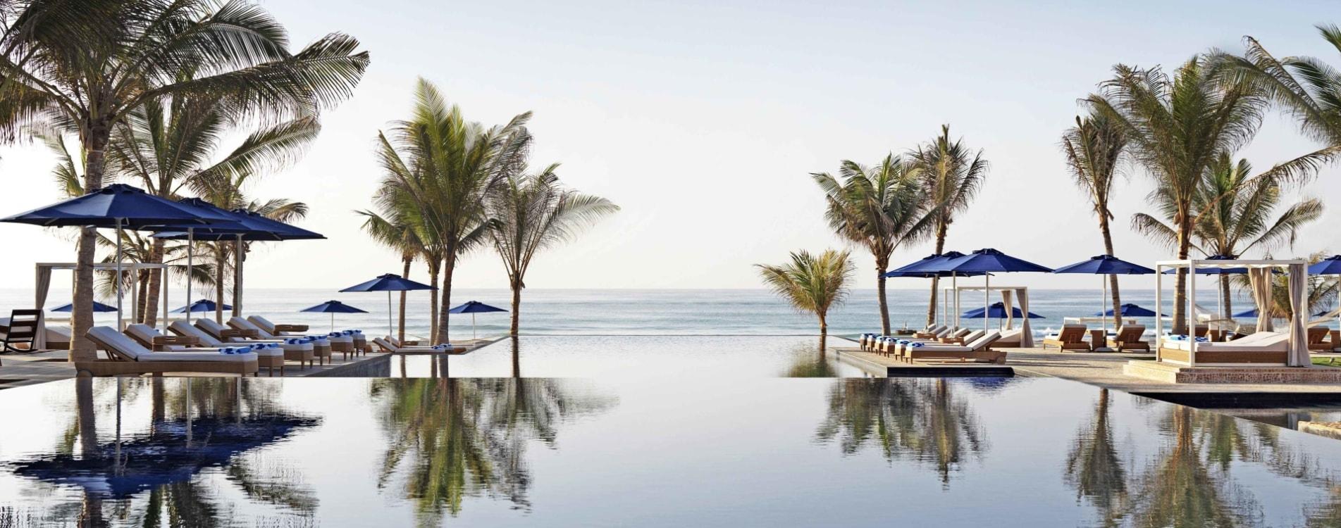 Al-Baleed-Resort-Salalah-By-Anantara-Infinity-Pool-Strandliegen-Oman.jpg