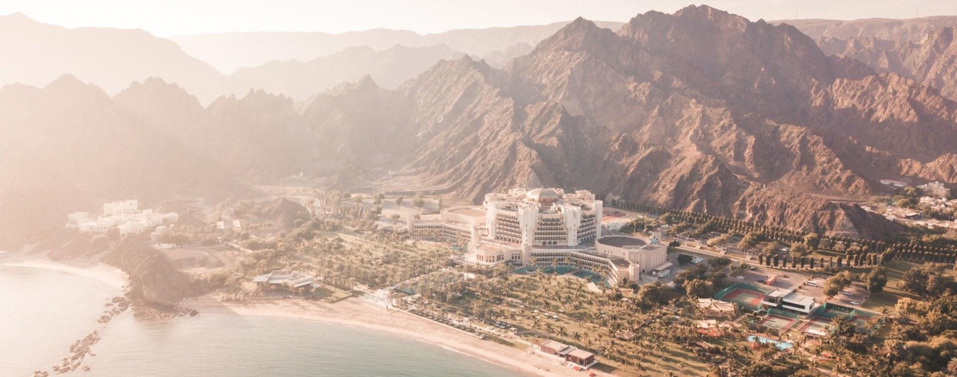 Al-Bustan-Palace-Muskat-Al-Bustan-Palace-Panorama-Luftbildaufnahme-Oman.jpg