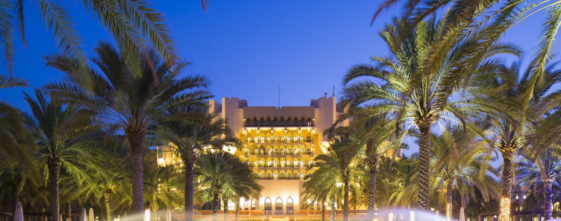 Al-Bustan-Palace-Muskat-Infinity-Pool-Exterior-Nacht-Oman.jpg