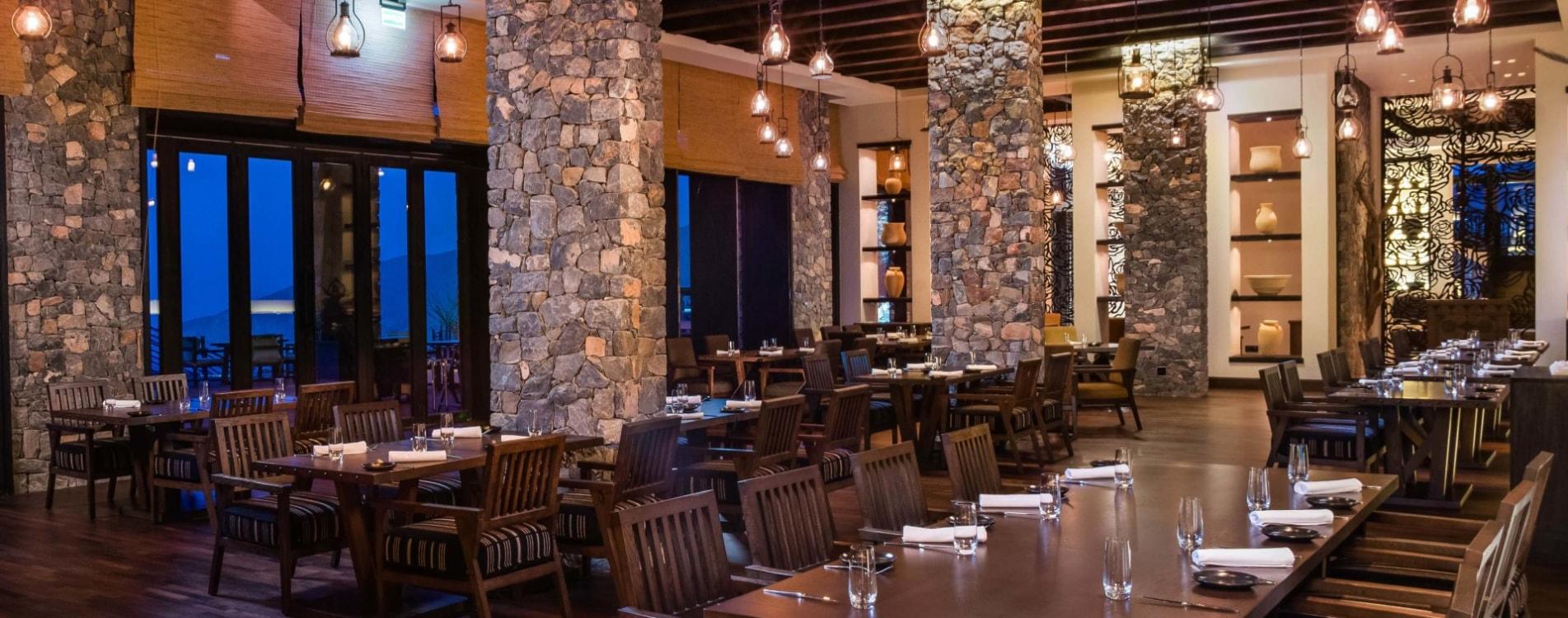 Alila-Jabal-Akhdar-Restaurant-Juniper-Interior-Abend-Oman.jpg