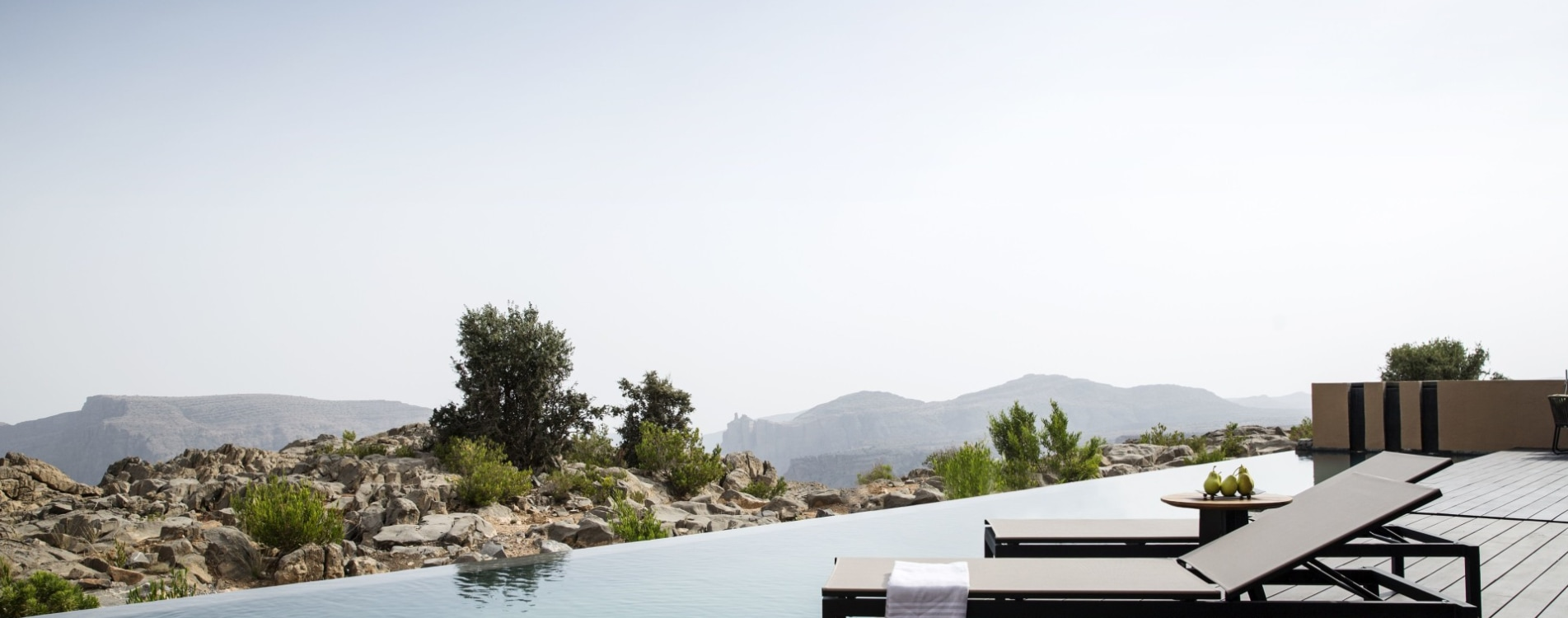 Anantara-Al-Jabal-Al-Akhdar-Resort-Cliff-Pool-Villa-Sonnenliegen-Pool-Oman.jpg