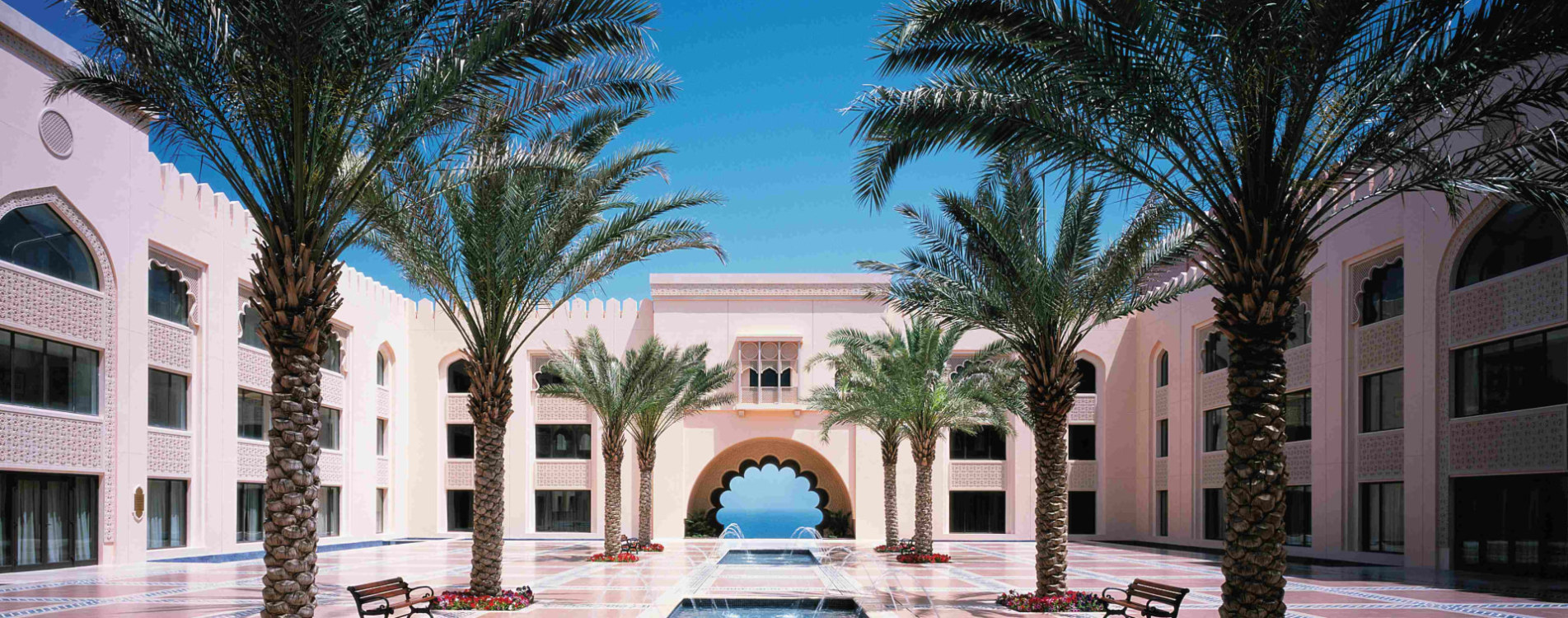 Shangri-La-Al-Husn-Resort-and-Spa-Innenhof-Tagsüber-Oman.jpg