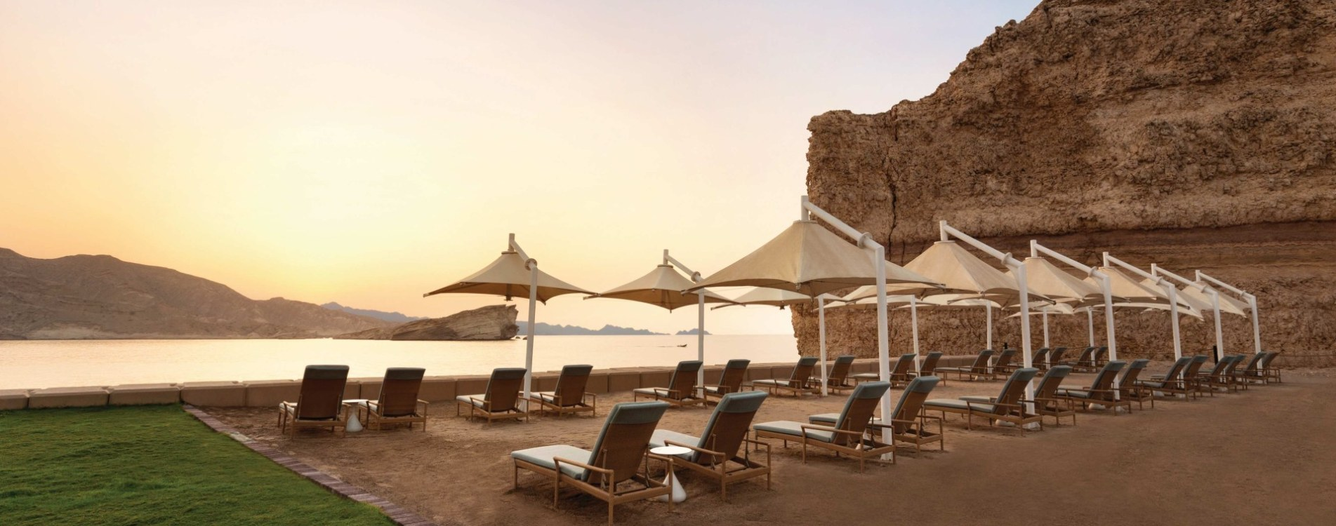Shangri-La-Al-Husn-Resort-and-Spa-Strand-Strandliegen-Oman.jpg