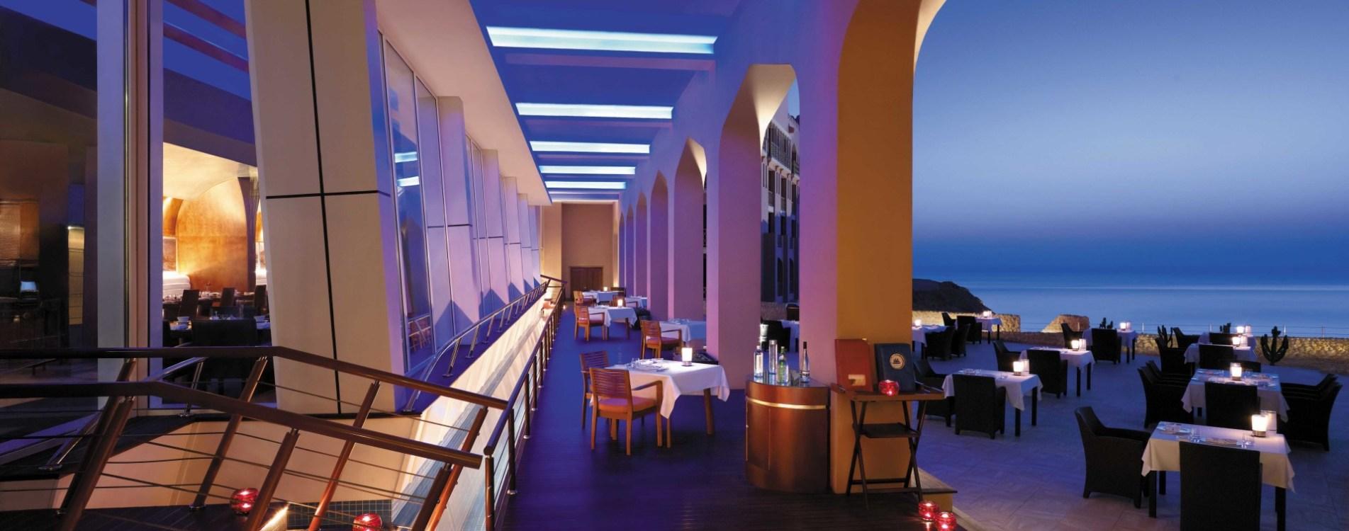 Shangri-La-Al-Husn-Resort-and-Spa-Sultanah-Restaurant-Terrasse-Abend-Oman.jpg