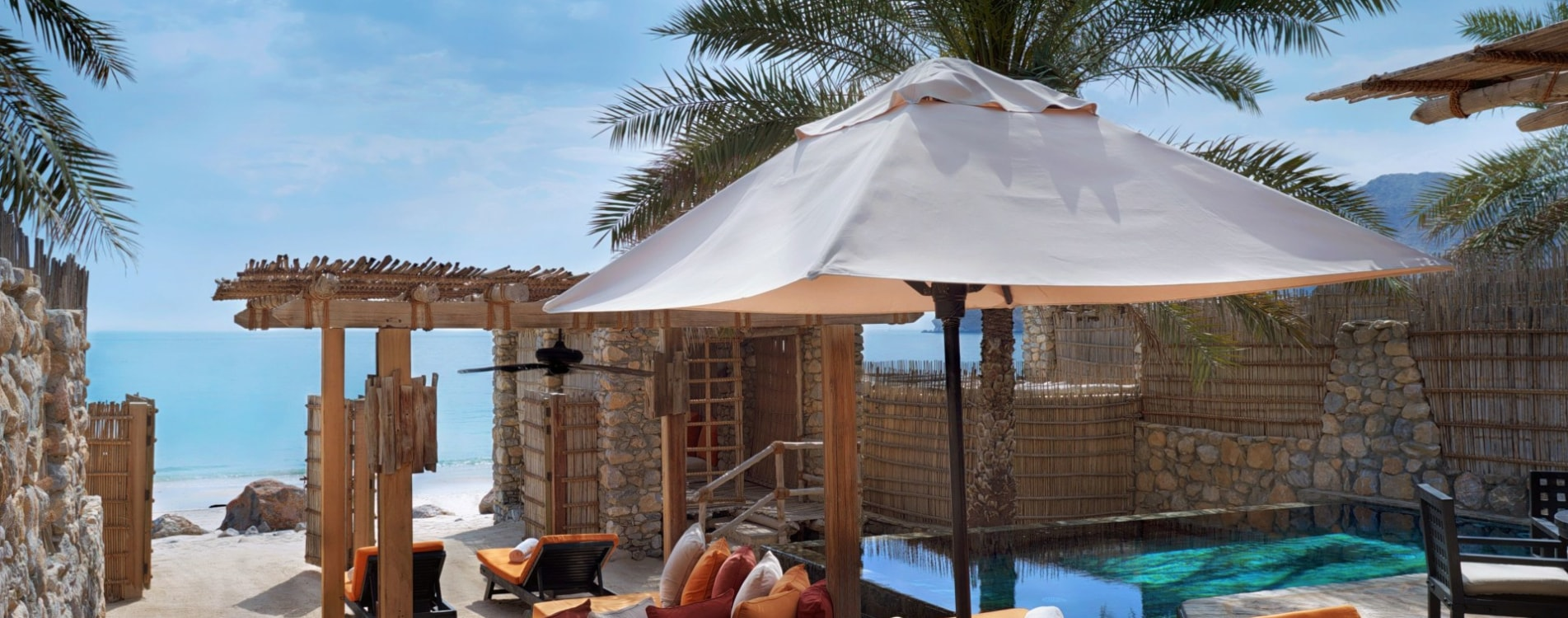 Six-Senses-Zighy-Bay-Pool-Villa-Beachfront-Pool-Sonnenliegen-Oman.jpg