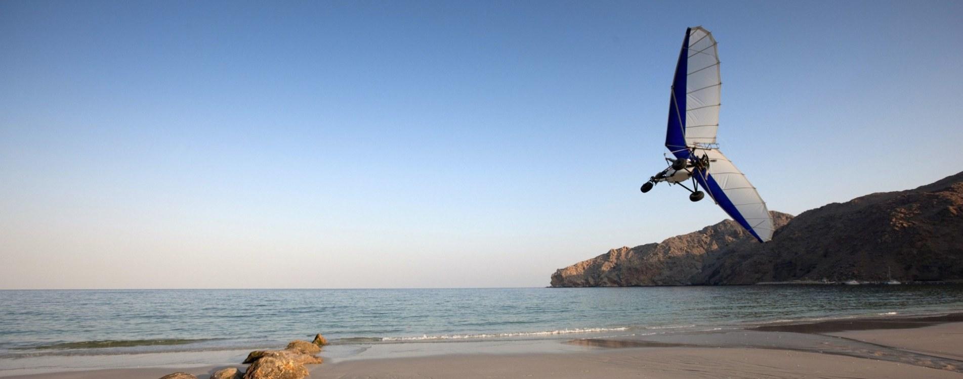 Six-Senses-Zighy-Bay-Strand-Paragliding-Küste-Oman.jpg