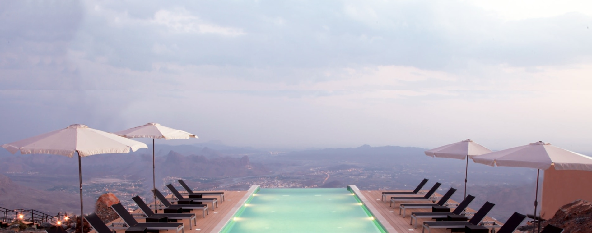 The-View-Oman-Infinity-Edge-Pool-Sonnenliegen.jpg