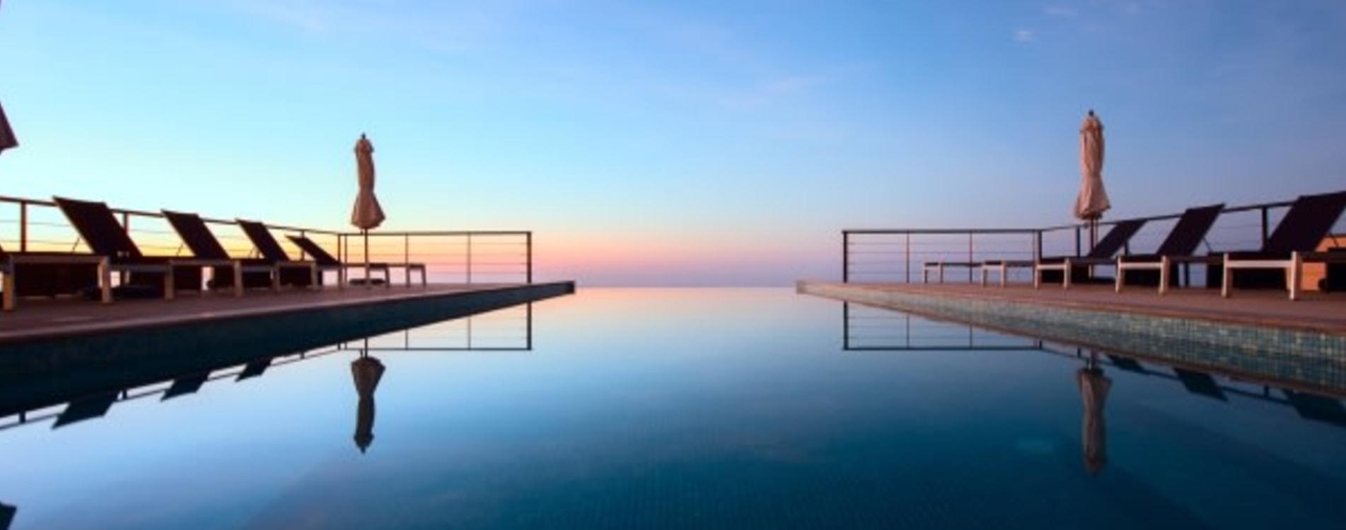 The-View-Oman-Infinity-Pool-Exterior-Sonnenliegen-Dämmerung.jpg
