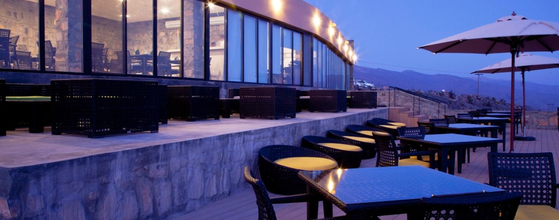 The-View-Oman-Restaurant-Terrasse-Abend.jpg