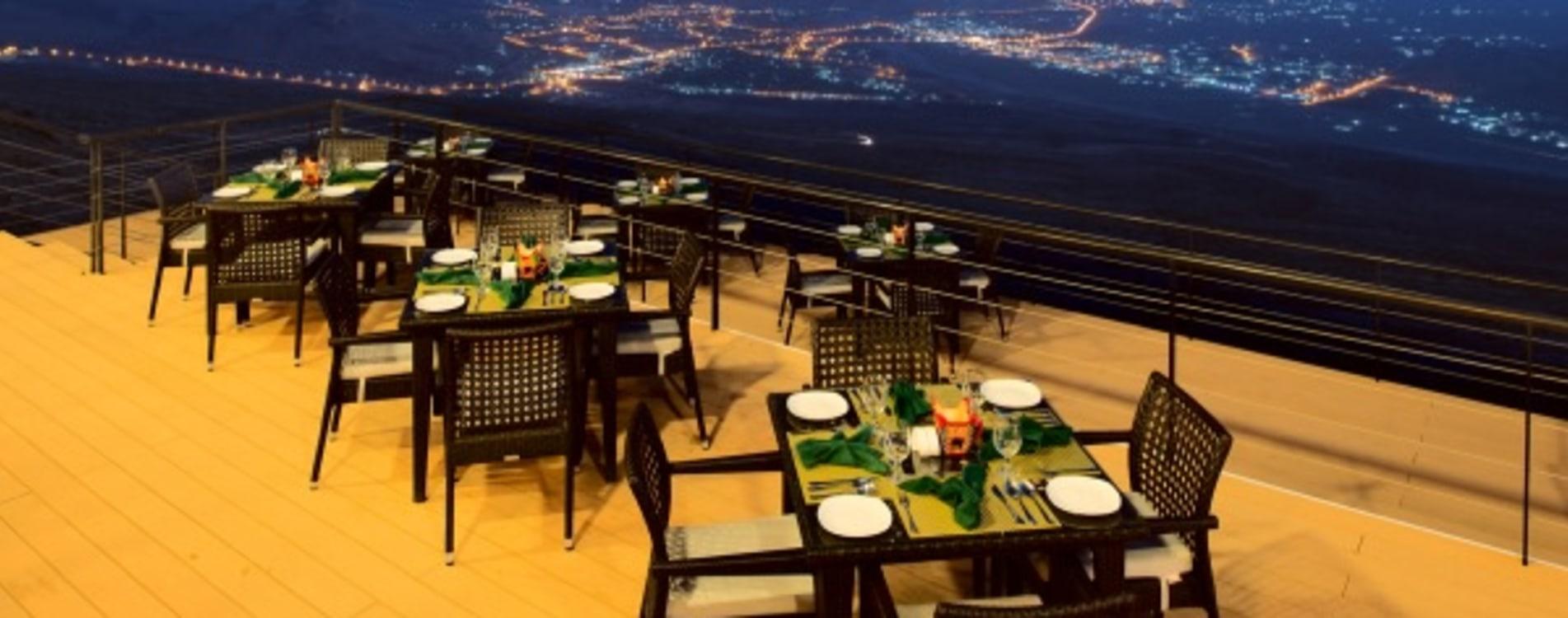 The-View-Oman-Restaurant-Terrasse-Nacht.jpg
