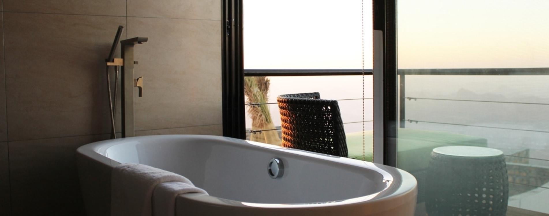 The-View-Oman-Superior-Room-Badezimmer-Badewanne.jpg