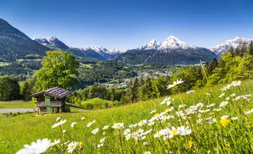 Berglandschaft bayerischen Alpen mit Dorf Berchtesgaden Watzmann-Massiv_123RF_32750165_s.jpg