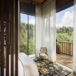 Innenansicht einer Suite mit Ausblick auf den Balkon im One&Only Gorillas Nest