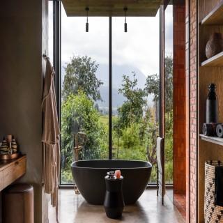 Badezimmer mit Badewanne in der Singita Kwitonda Lodge