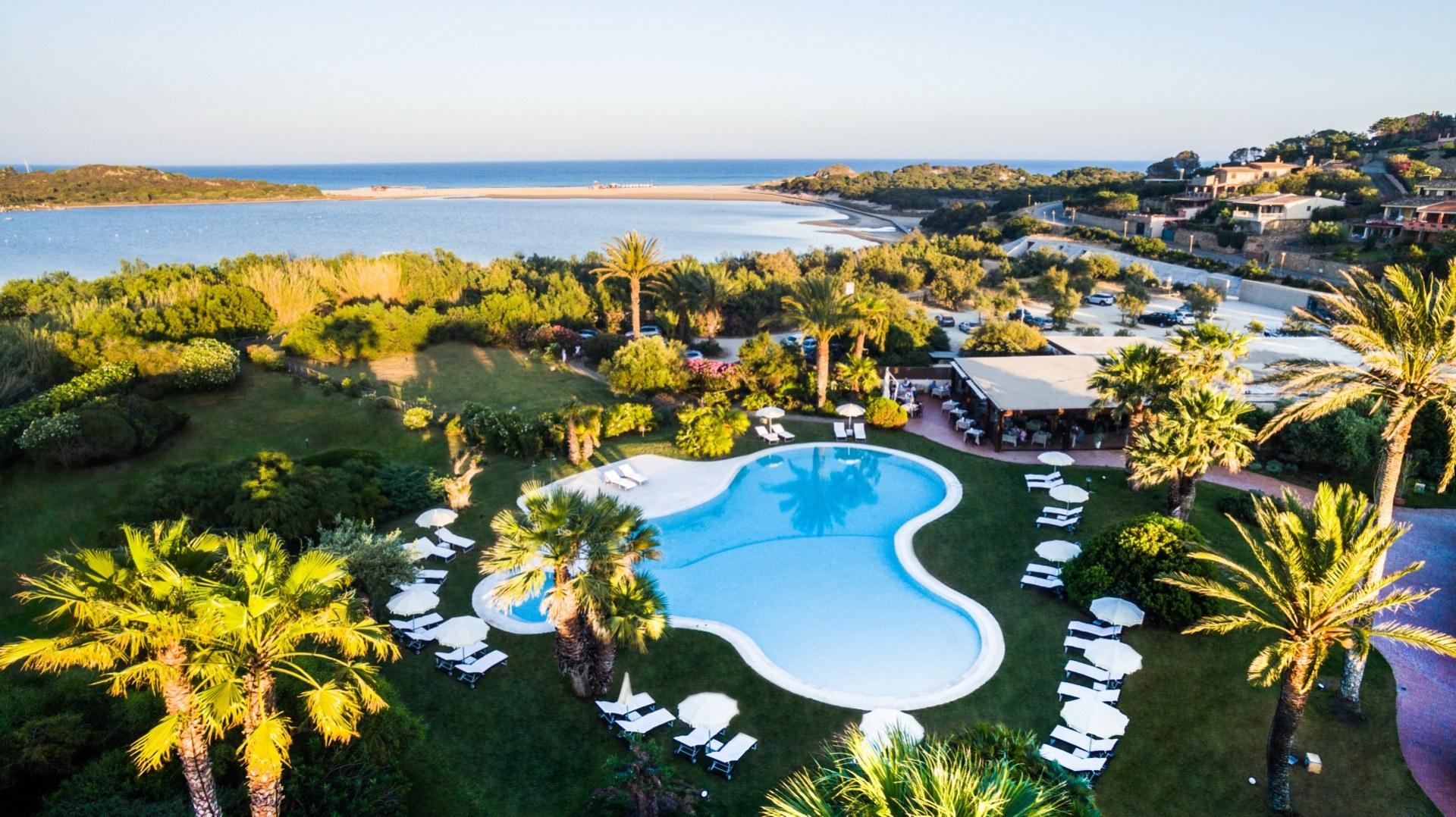 Luftansicht der Hotelanlage mit Pool