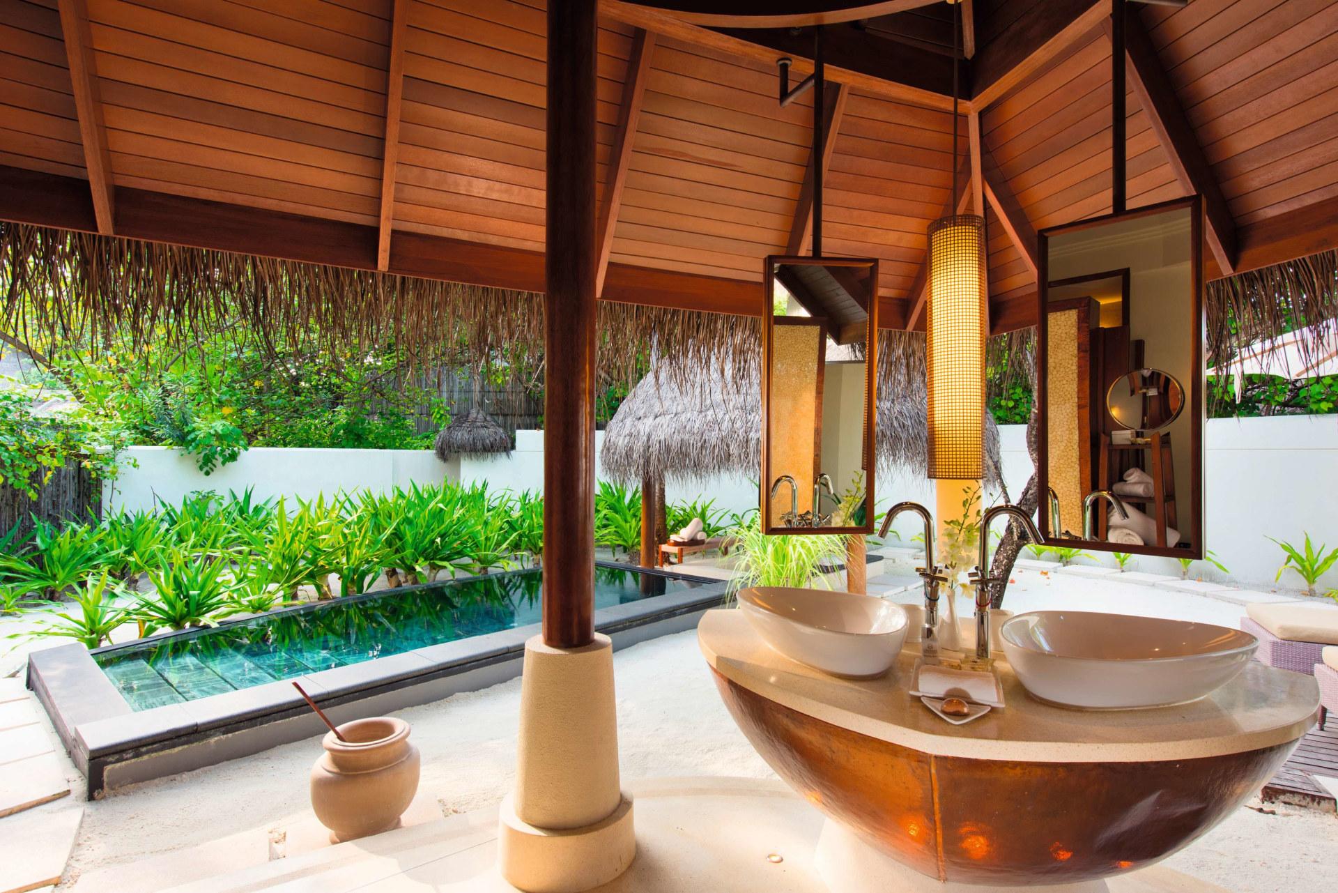 Badezimmer und Pool der Familien Villa