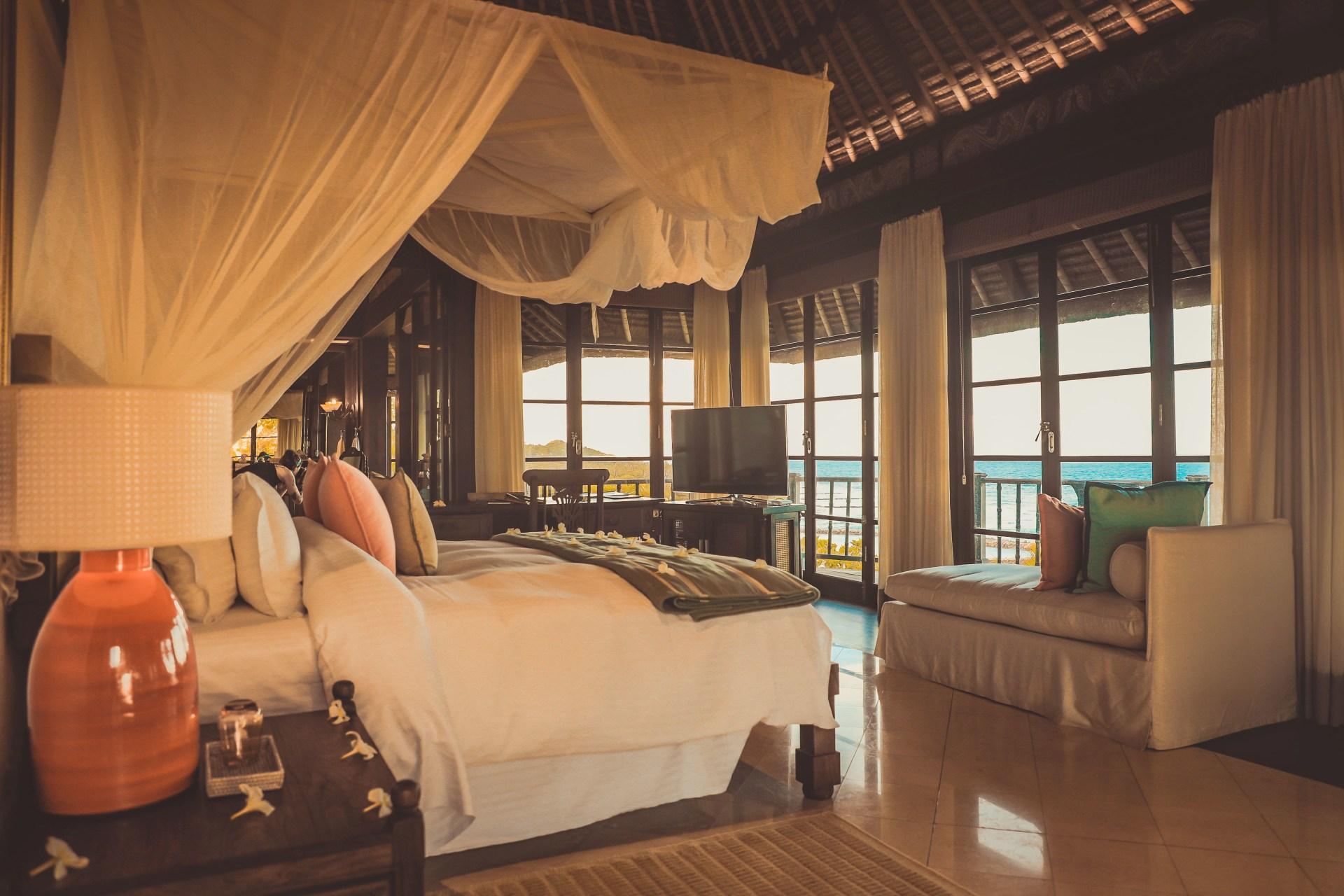 Schlafbereich und Blick der Pool Twin Villa