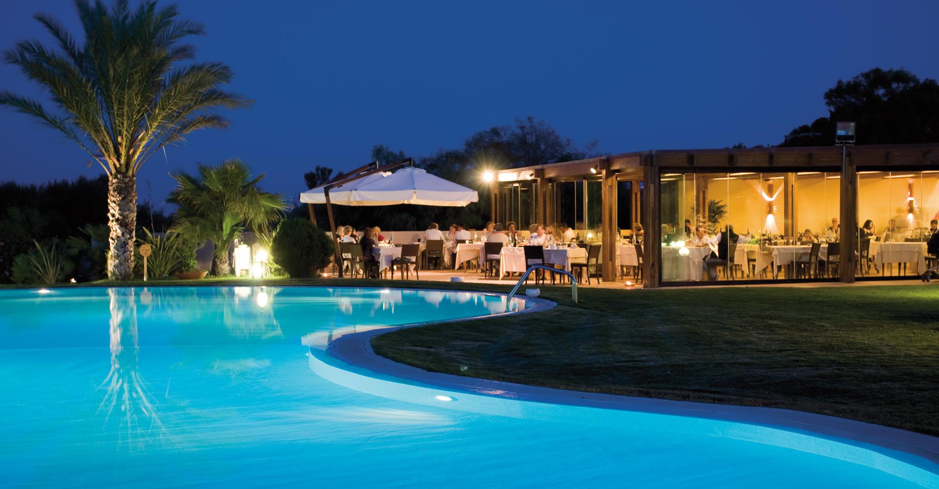 Pool und Restaurant am Abend