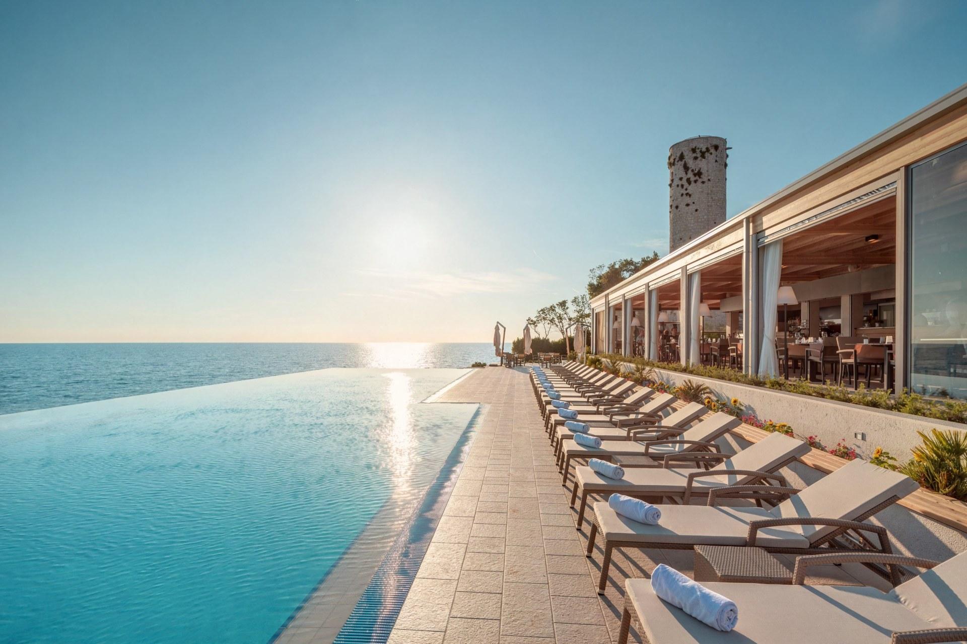 Pool mit Blick auf das Meer