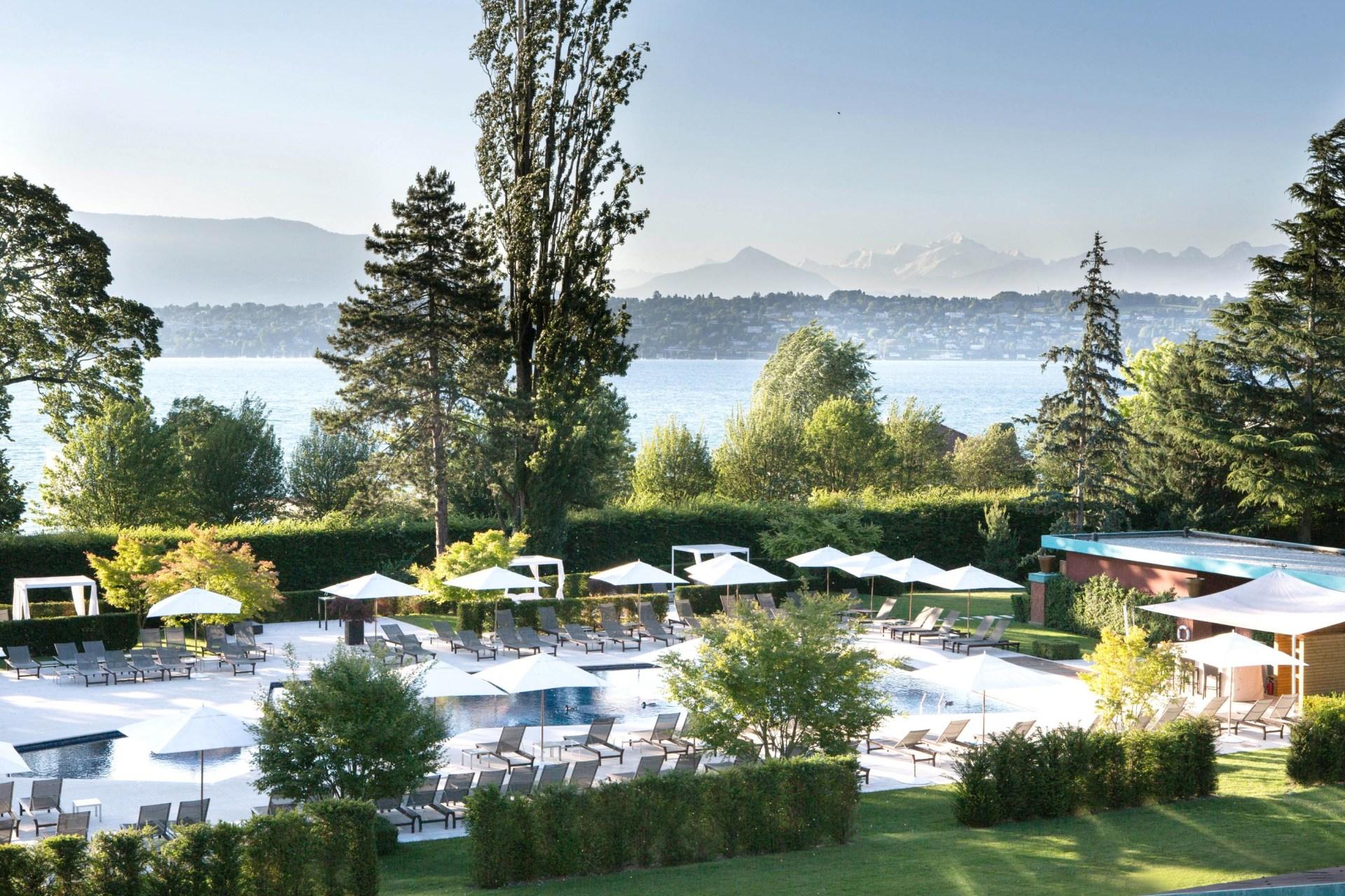 Pool und Park des La Reserve Hotels