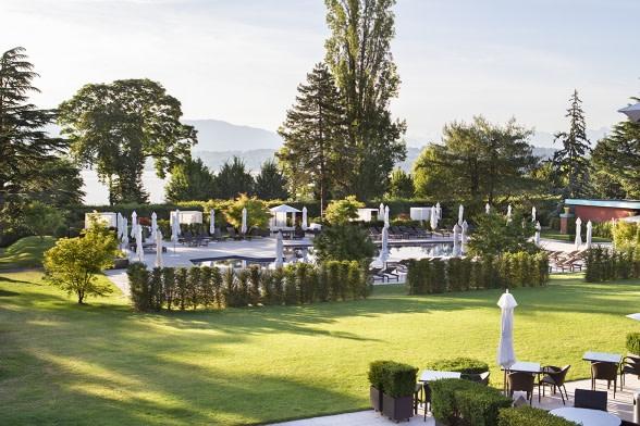 Pool und Garten des La Reserve Hotels
