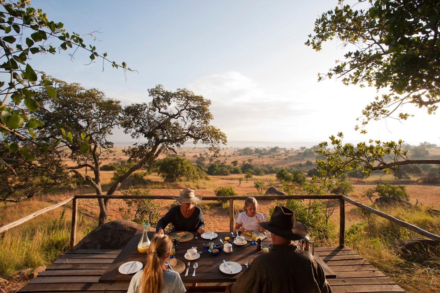 Fruehstueck auf der Terrasse des Lamai Serengeti
