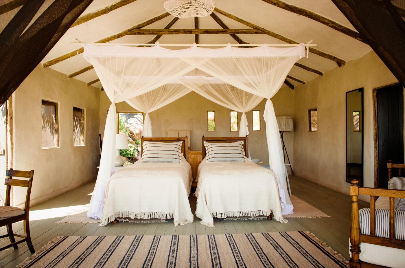 Schlafzimmer mit zwei Einzelbetten im Lamai Serengeti