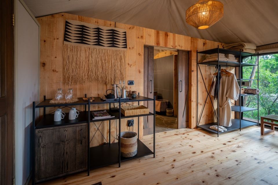 Innenansicht der Suite im Magashi Camp