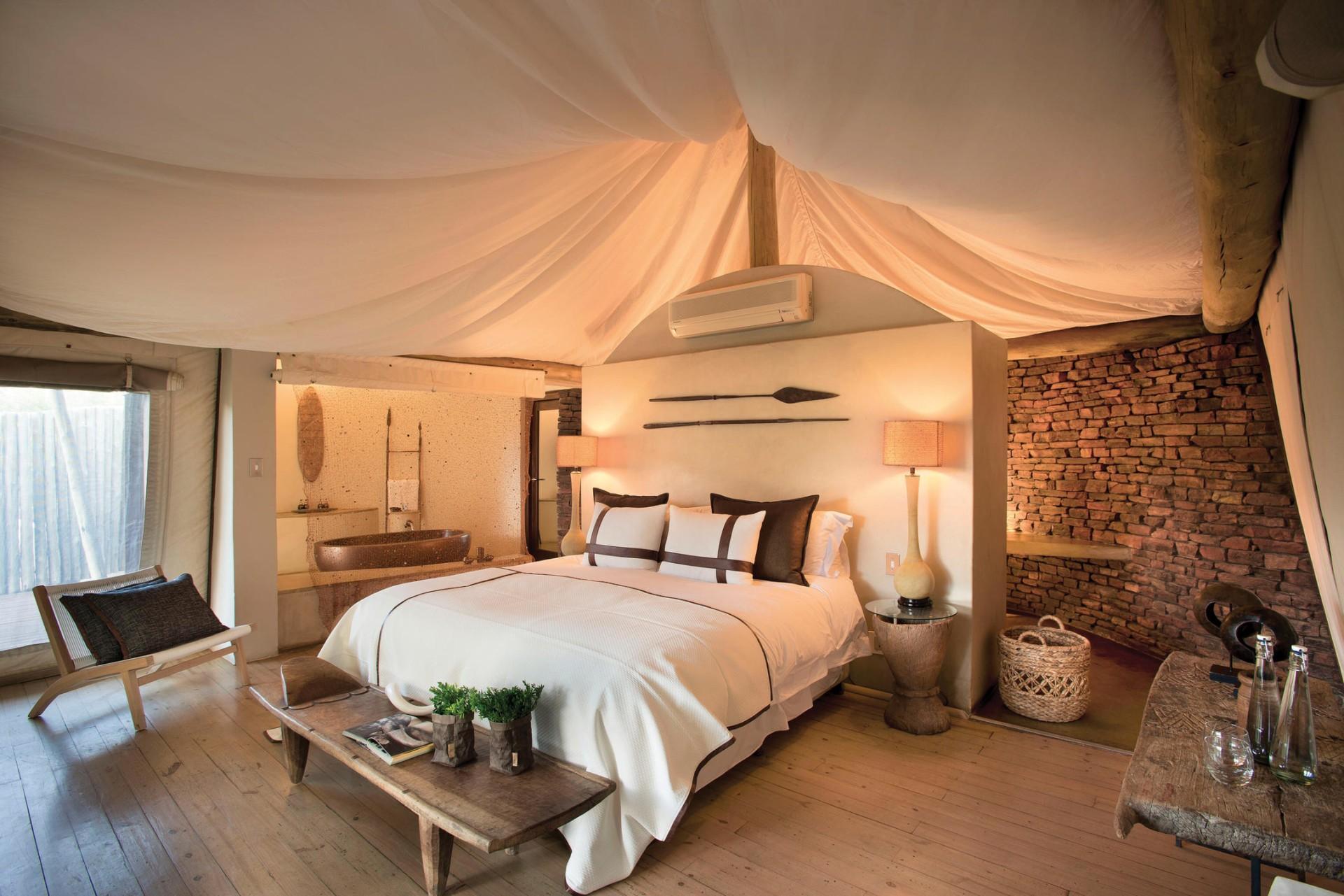 Schlafzimmer eines Luxury Tents in der Marataba Safari Lodge