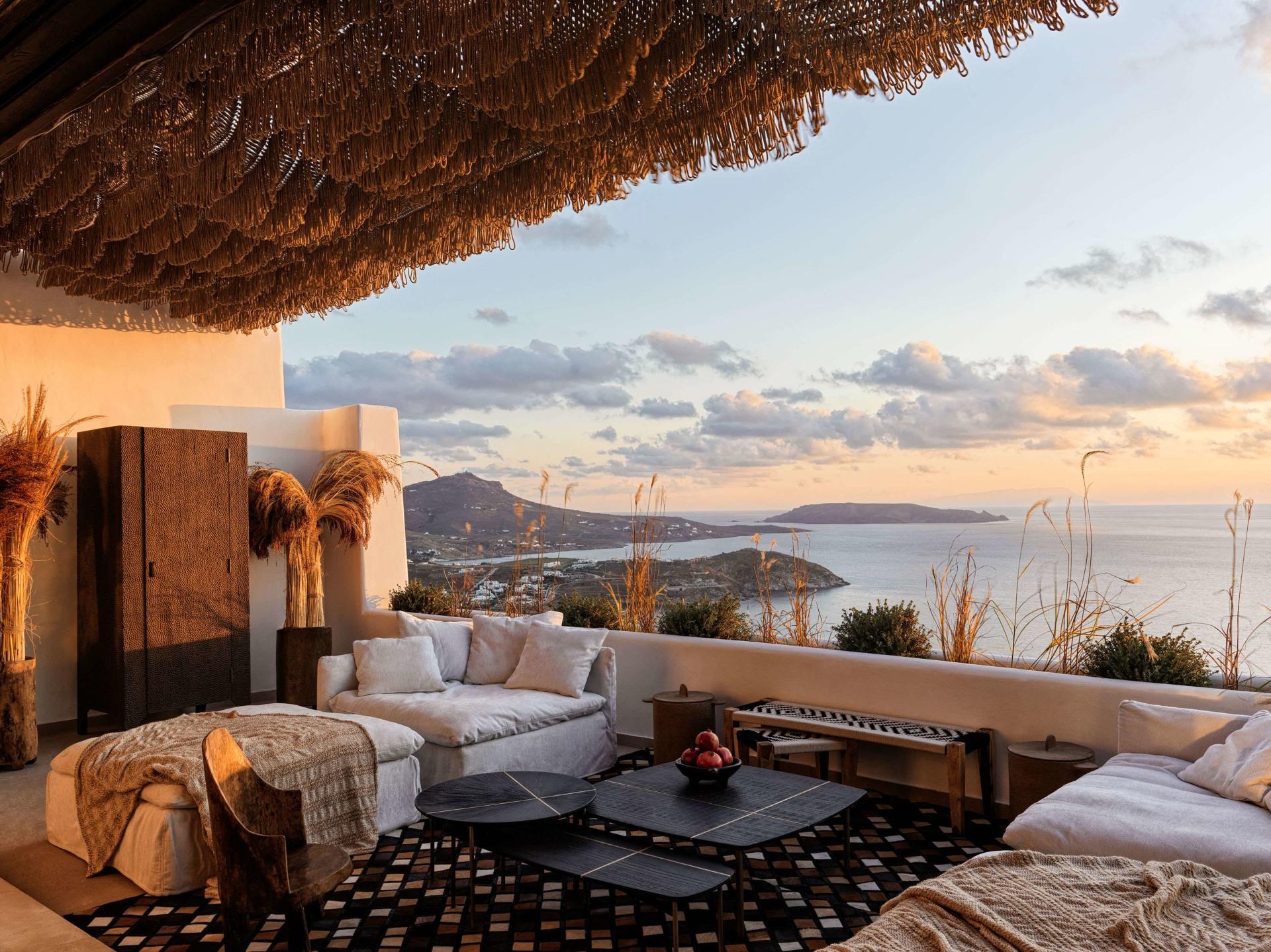 Terrasse der Three Bedroom Villa mit Pool mit Aussicht aufs Meer