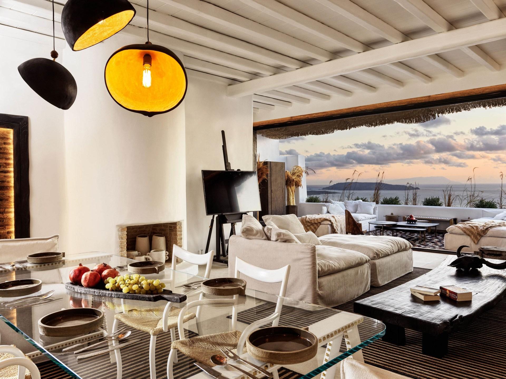 Wohnbereich der Three Bedroom Villa mit Pool mit Aussicht aufs Meer