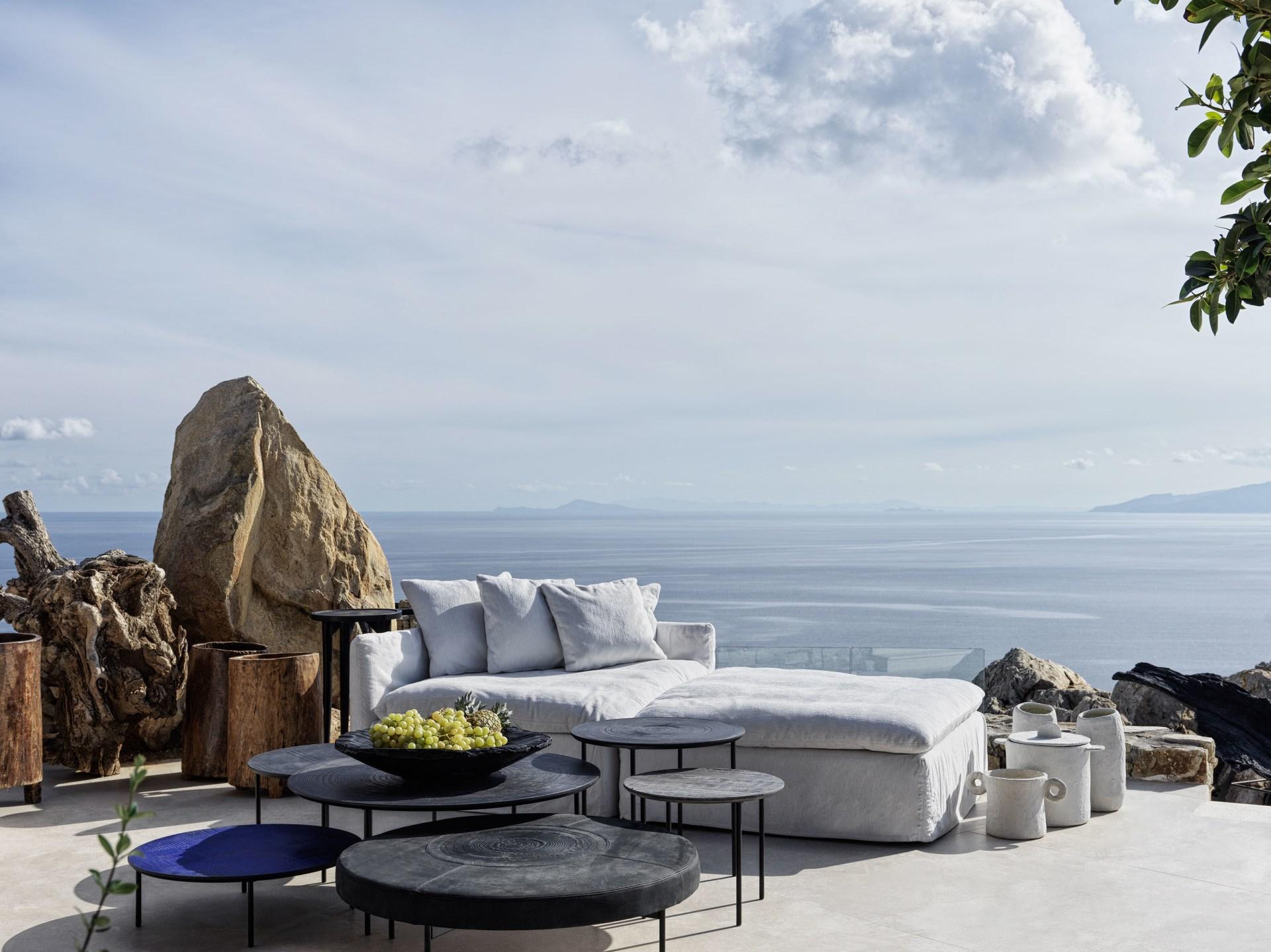 Terrasse der Two Bedroom Villa mit Pool mit Aussicht aufs Meer