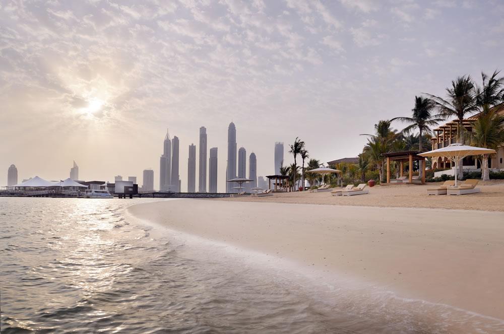 Skyline von Dubai und Strand vom One&Only